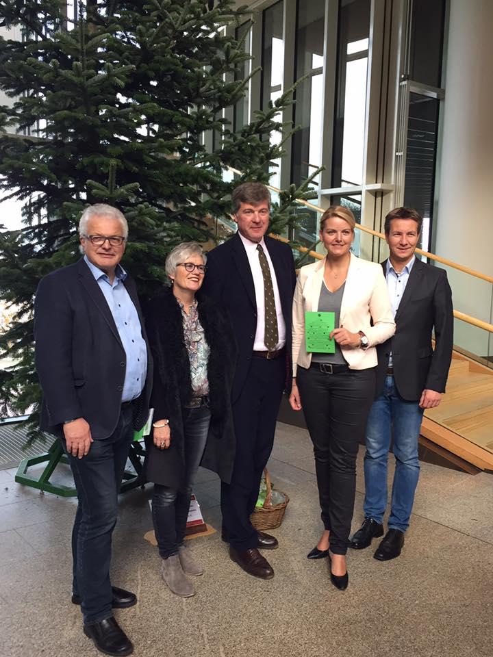 Eine wunderschöne Nordmanntanne wurde heute vom Waldbauernverband NRW an den Landtag überreicht