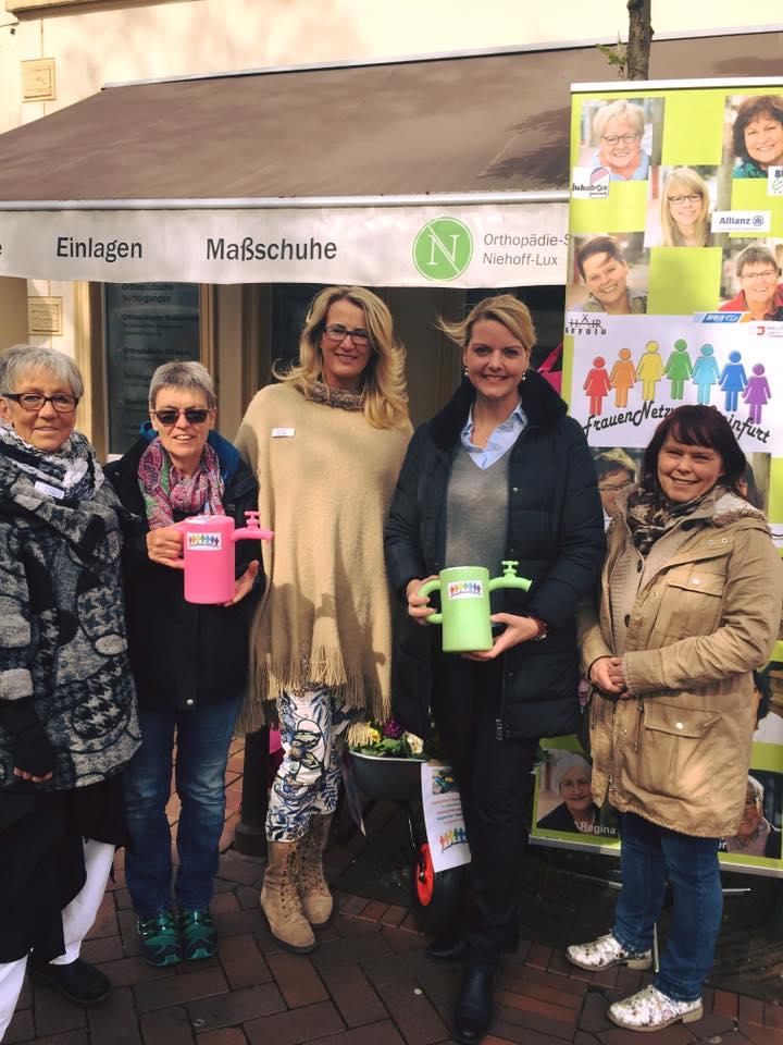 Anlässlich des Brunnenfestes sammelt das FrauenNetzwerkSteinfurt für die Kübelbepflanzung der Borghorster Innenstadt